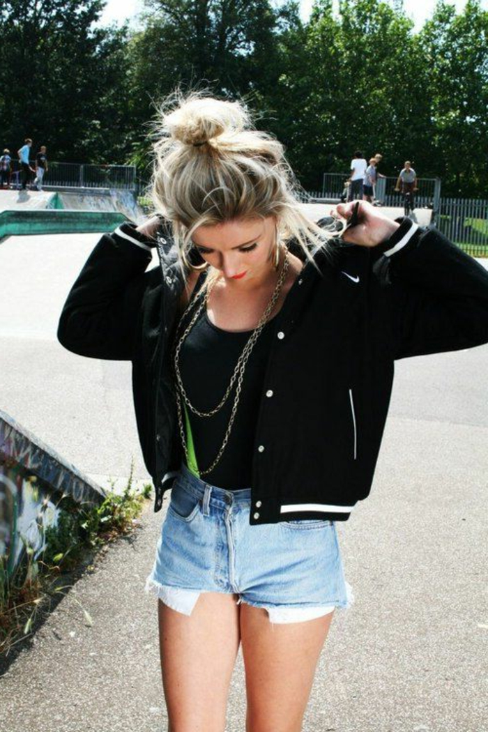 tenue swag, cheveux blonds chignon, débardeur noir, short en jeans