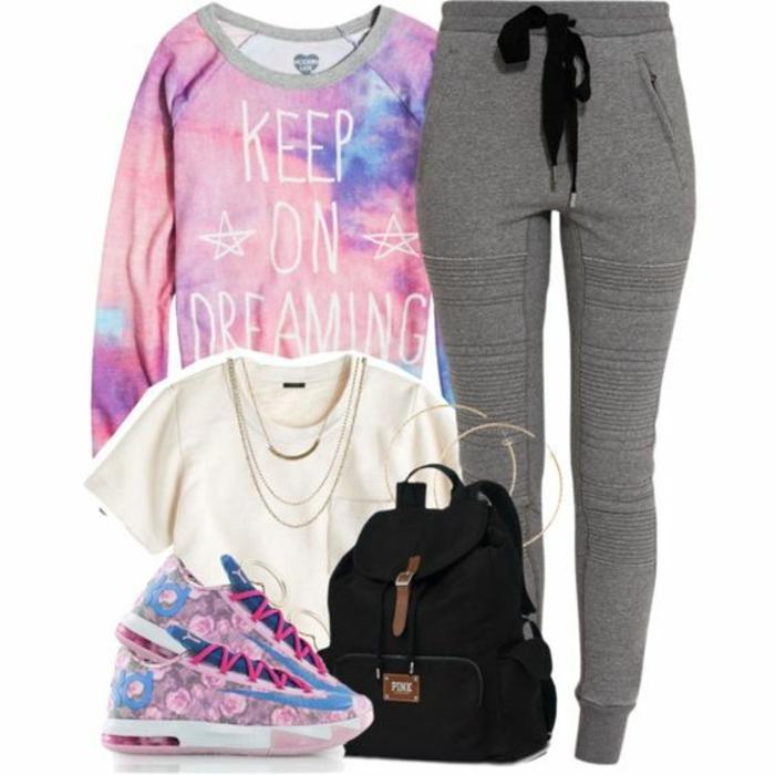 tenue de sport femme swag, pantalon gris, sac à dos noir, baskets multicolore