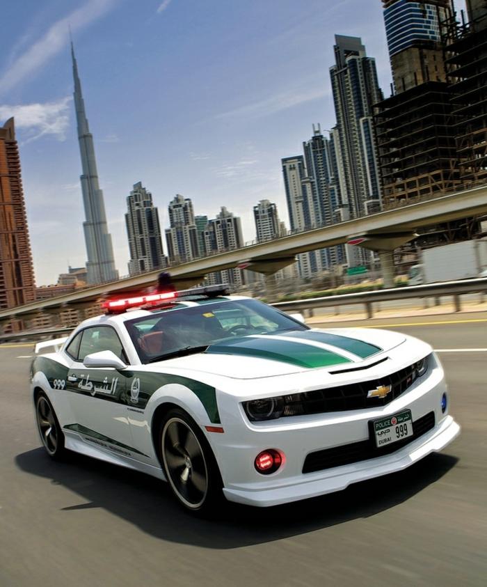 voiture-de-police-a-dubai-course-poursuite-route-hotels