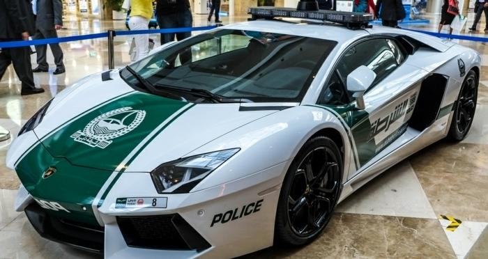 voiture-de-police-a-dubai-exposition-véhicule-moderne-de-luxe