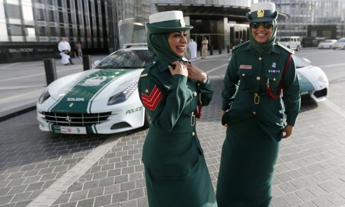 voiture-de-police-a-dubai-femmes-forces-de-l'ordre-sourires-bonheur-aimer-son-métier