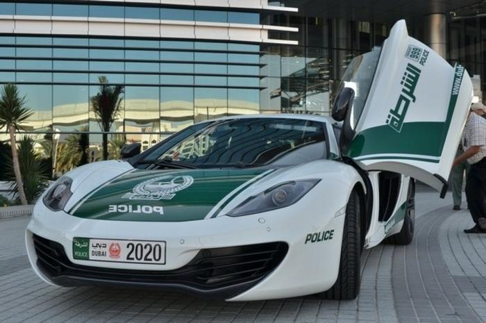 voiture-de-police-a-dubai-garée-devant-un-hotel-de-luxe