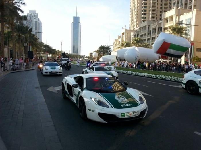 voiture-de-police-a-dubai-parade-de-police-palmes-fleurs-hotel-spéctateurs