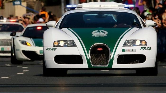 voiture-de-police-a-dubai-s'insèrent-dans-la-circulation-routière