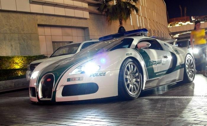 voiture-de-police-dubai-bugatti-veyron-feux-allumés