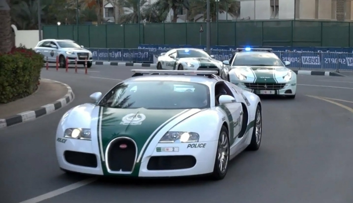 voiture-de-police-dubai-circulation-forces-de-l'ordre-en-mission