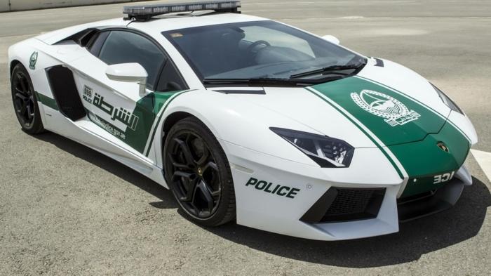 voiture-de-police-dubai-en-blanc-et-vert-modele-de-luxe