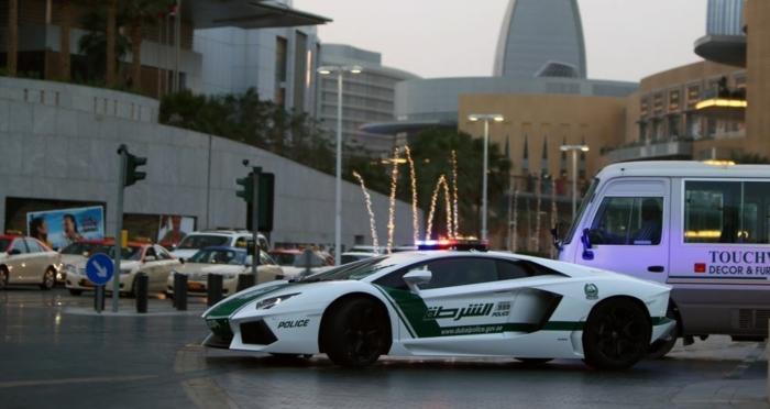 voiture-de-police-dubai-fontaines-lumineux-circulation-routière