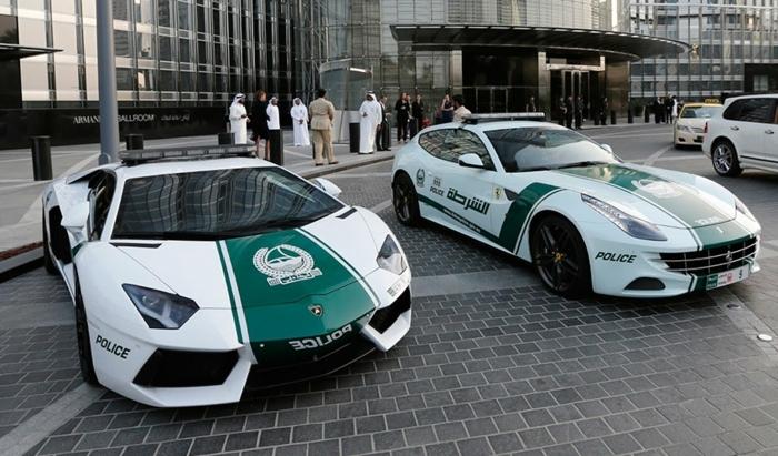 voiture-de-police-dubai-garées-devant-un-bâtiment-de-luxe-modèles-originales