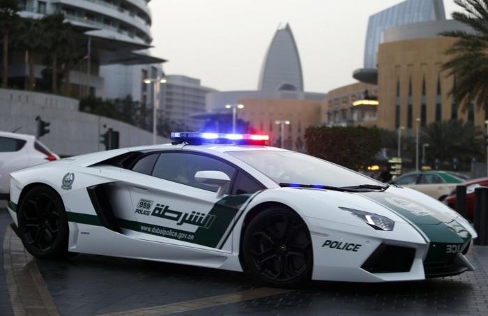 voiture-de-police-dubai-modèle-de-luxe-en-blanc-et-vert-avertisseurs-lumineux