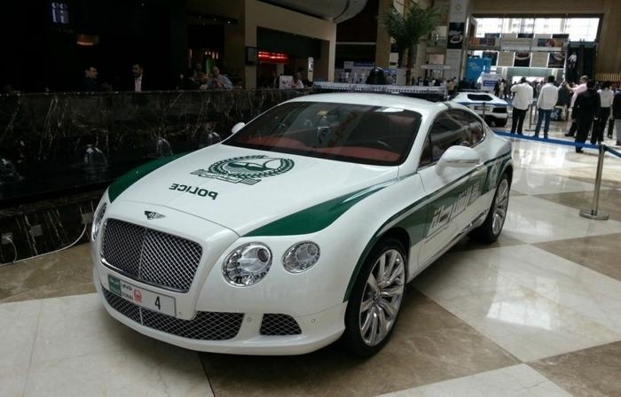 voiture-de-police-dubai-modèle-unique-exposition-dans-un-hotel