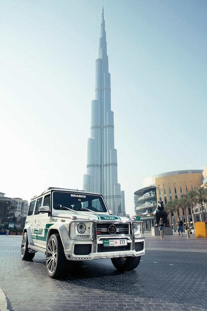 voiture-dubai-Brabus-Mercedes-G63-AMG-Dubai-hotel-statue-sur-la-place-palmes