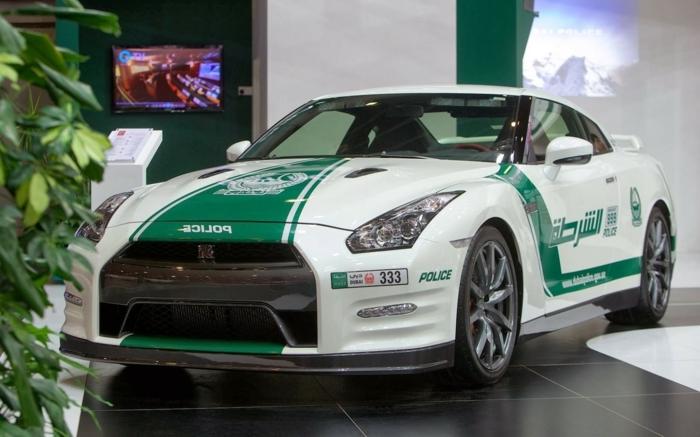 voiture-dubai-Nissan-GTR-exposition-dans-la-récéption-d'un-hotel