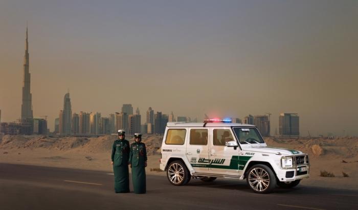 voiture-dubai-brabus-forces-de-l'ordre-désert-hotels-avertisseurs-allumés