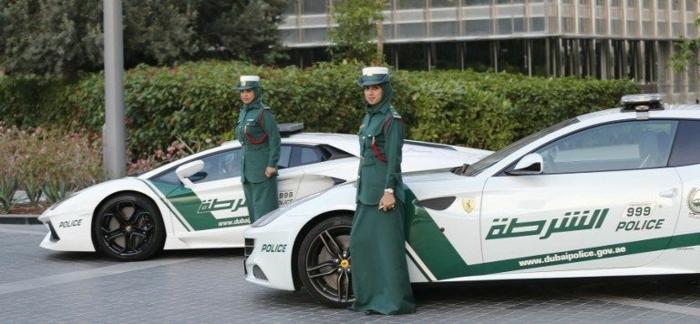 voiture-dubai-forces-de-l'ordre-véhicules-garées-hotel