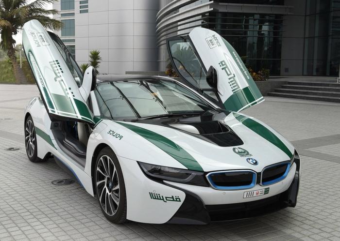 voiture-dubai-portière-papillon-bmw-i8-modèle-en-blanc-et-noir-avec-déco-verte-et-bleue