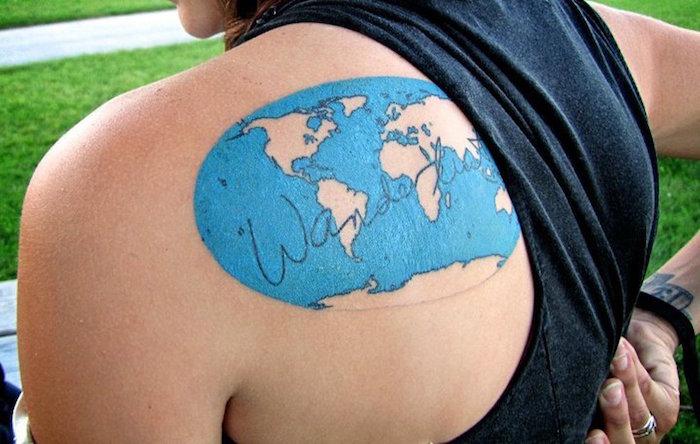 tatoo carte du monde en couleur bleu ocean sur le dos femme