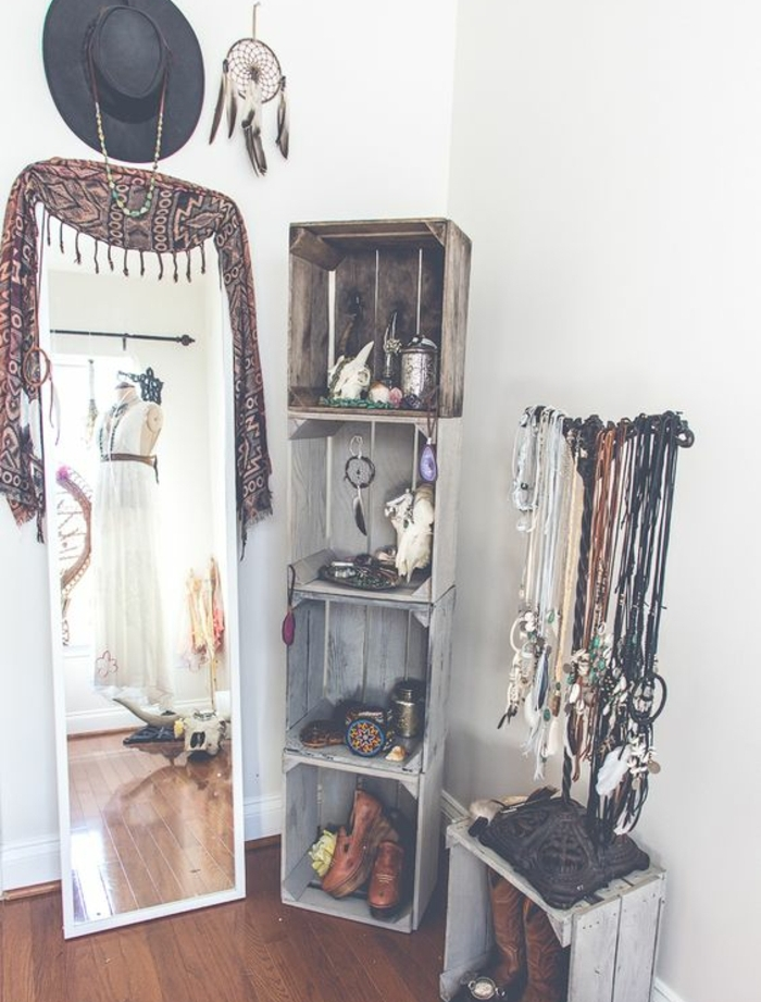 idée comment fabriquer une etagere à partir de caisses en bois, rangement souvenirs, accessoires déco, attrape reve, miroir taille humaine, chapeau, peinture murale blanche, diy déco chambre facile et rapide