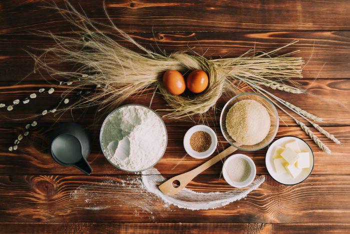 ingrédients nécessaires pour réaliser une recette de brioche tressée, farine, oeufs, levure, beurre, lait sucre roux