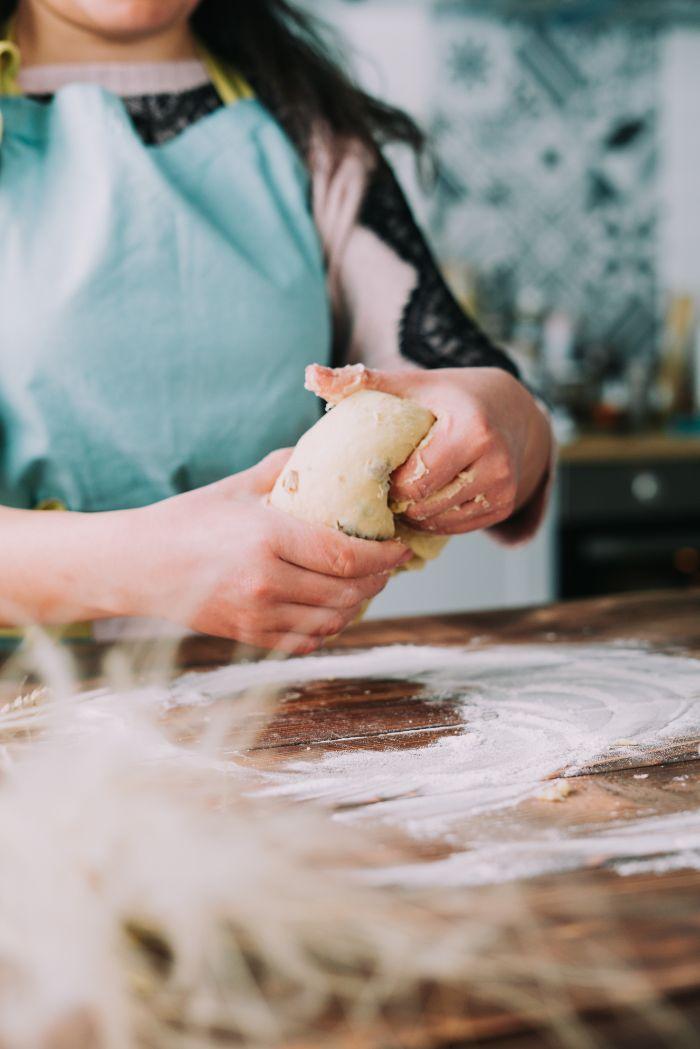 recette brioche facile comment faire la pâte à brioche aux raisins, idee comment faire un dessert gateau de paques oeiginal