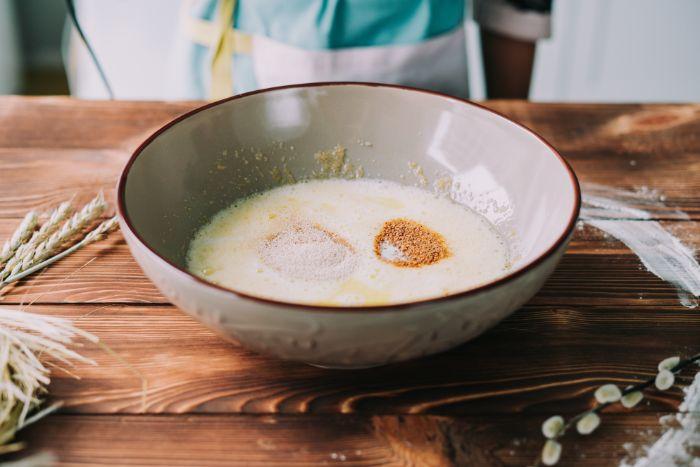 ajouter zeste de citron et levure au melange d oeufs, sucre, beurre et lait, comment faire une brioche maison simple