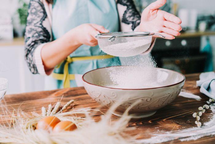 tamiser la farine pour faire une pâte à brioche maison, comment faire un gateau de paques italien avec des oeufs durs