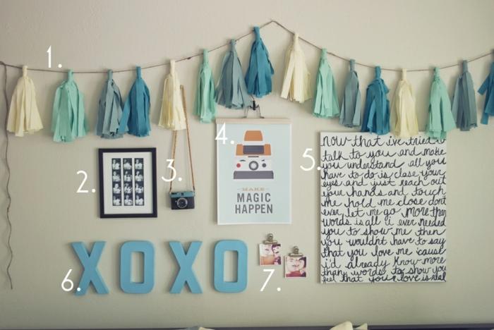 DIY déco chambre, mur couleur blanc cassé, guirlande de pompons à franges, déco murale, toile citation, photos, appareil photo, affiche