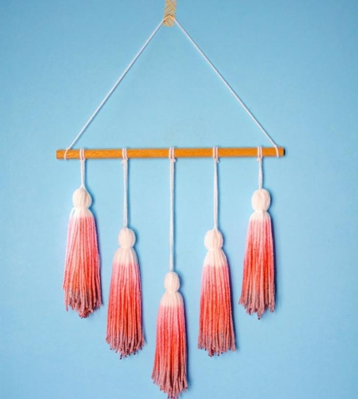 idée DIY déco chambre, pompons à frangés colorés, effet ombré, attachés à un bâtonnet en bois, deco murale à faire soi meme