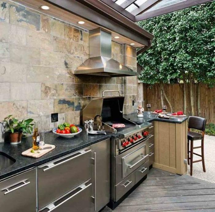 une élégante cuisine d'été couverte en acier, plan de travail en marbre