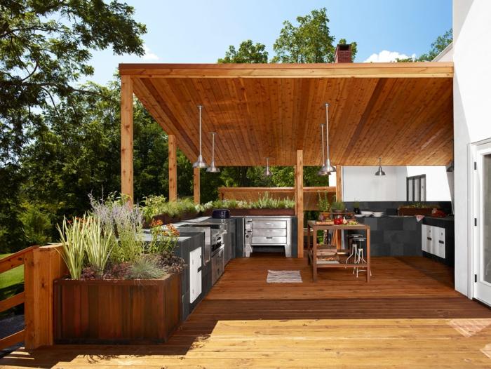 aménager une cuisine d'été couverte sur une terrasse en bois
