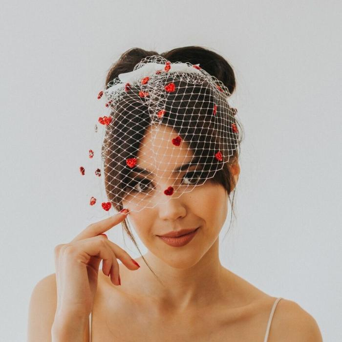 choisir un accessoire de mariage original pour une vision unique, jolie voilette de mariée et un chignon nœud papillon
