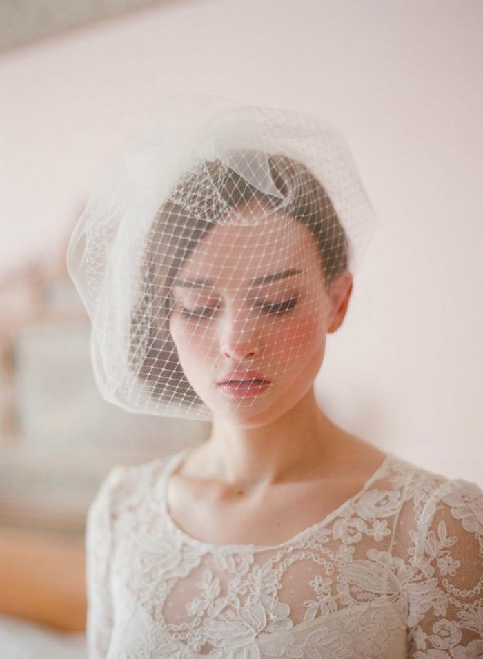 un voile mariée pour un look de mariée chic et rétro, voilette portée devant le visage