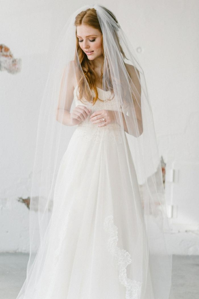 comment porter le voile de mariée sur des cheveux détachés, un long voile nuptial fini avec dentelle