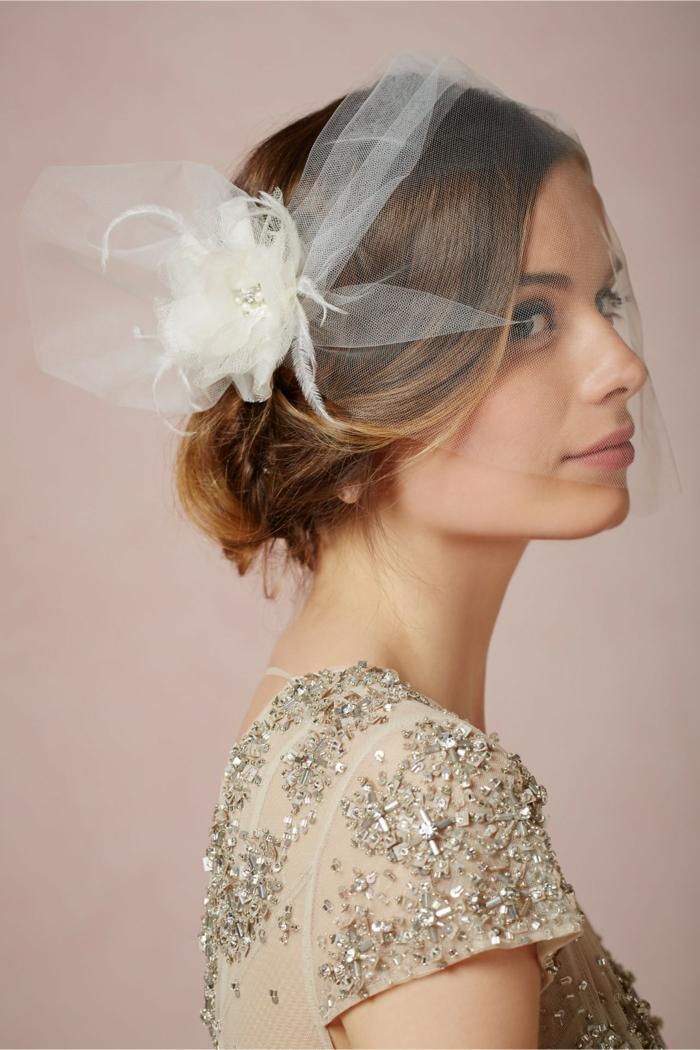 une voilette de mariée avec strass, coiffure de mariage romantique avec voile mariée court