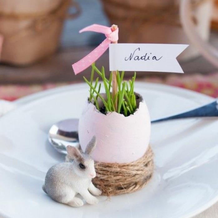 porte nom de table, une coquille d oeuf colorée transformée en germoire, herbe, corde, lapin en porcelaine