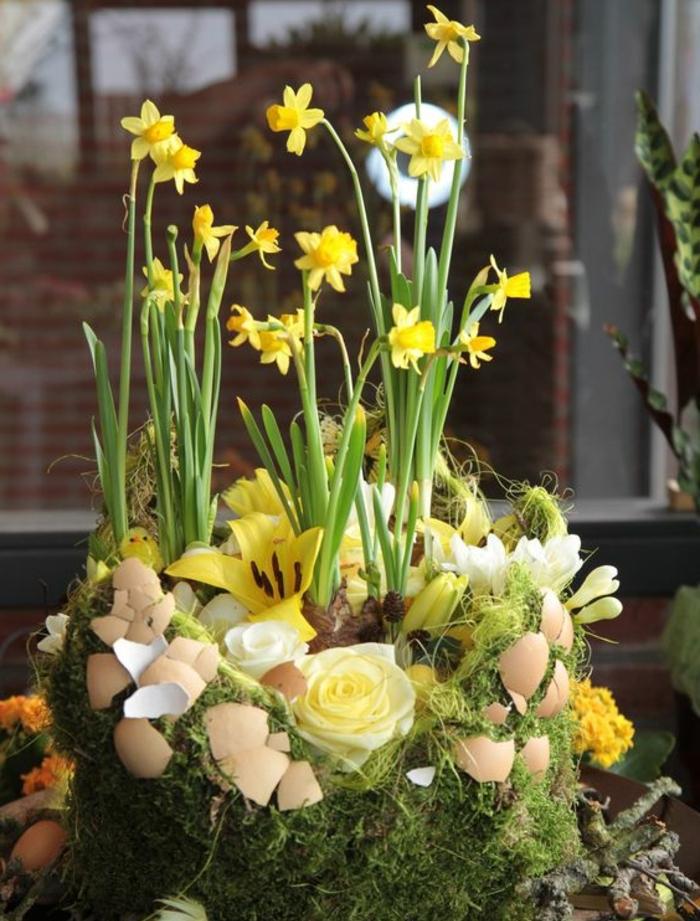 composition florale, herbe, mousse, coquille oeuf, jonquilles, branches d arbre, idée de decoration centre de table, activité manuelle printemps