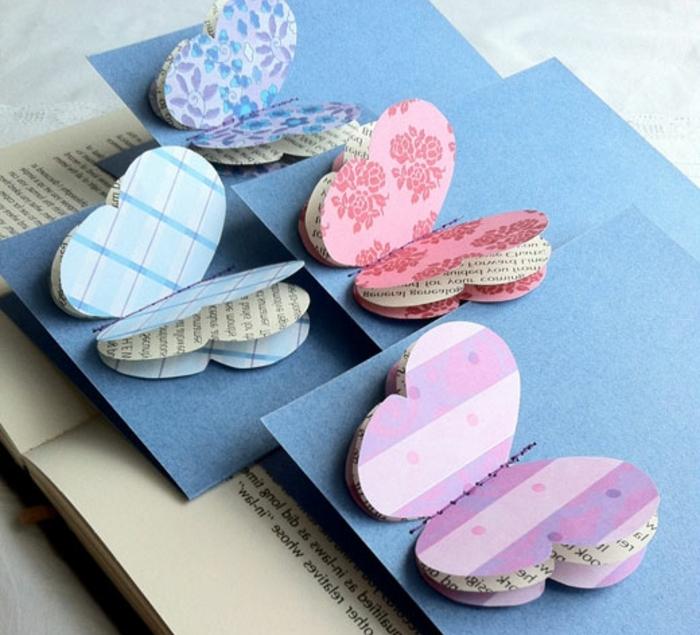 carte joyeuse paques bleue, papillon rose, bleu, mauve, motifs floraux, idée bricolage de paques, fleurs rayures