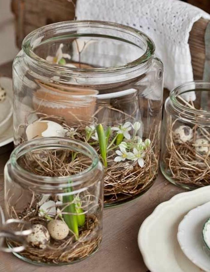 decoration de table, centre de table, des bocaux en verre remplis de paille, fleurs fraîches et coquille oeuf