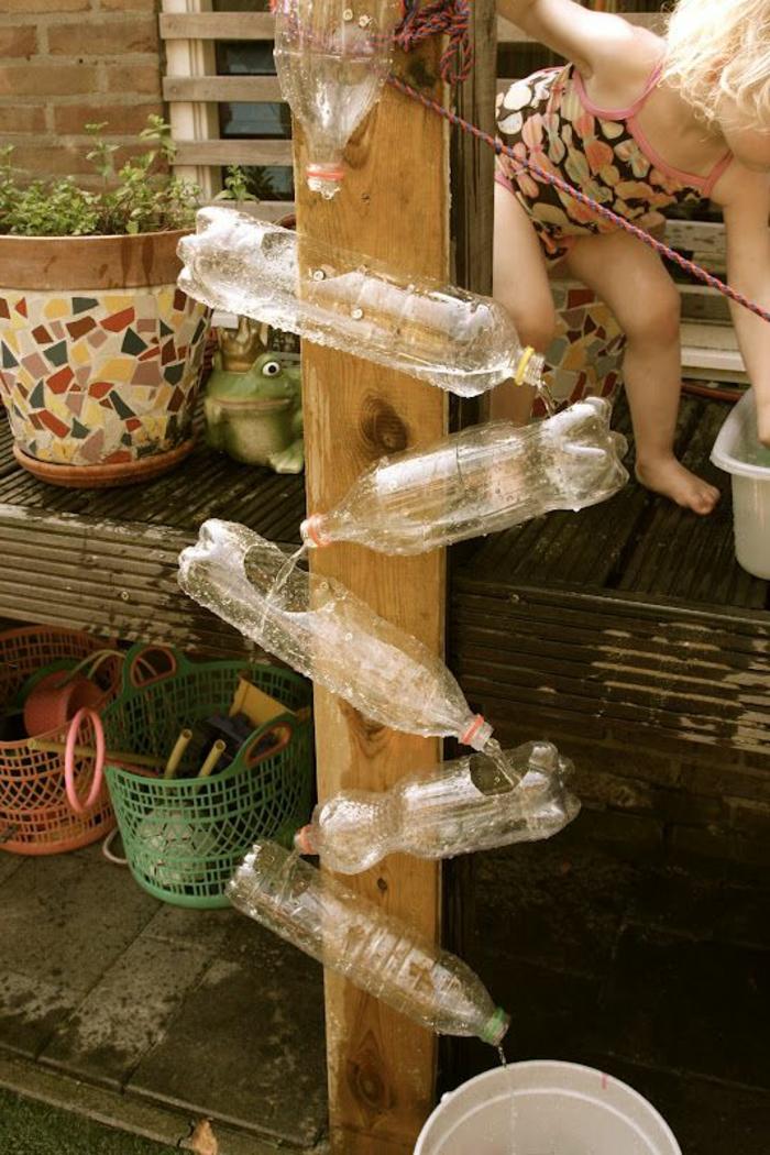 activité manuelle recyclage bouteille plastique, fabriquer une fontaine de jardin en bois