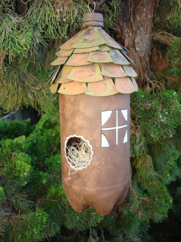 activité manuelle recyclage bouteille plastique, maison d'oiseaux très jolie
