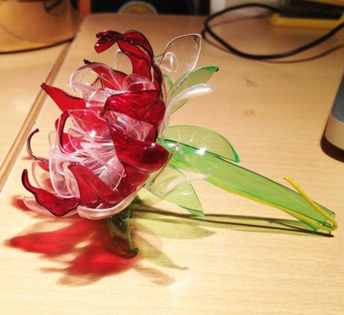 activité manuelle recyclage bouteille plastique, fleurs rouges avec des bouteilles