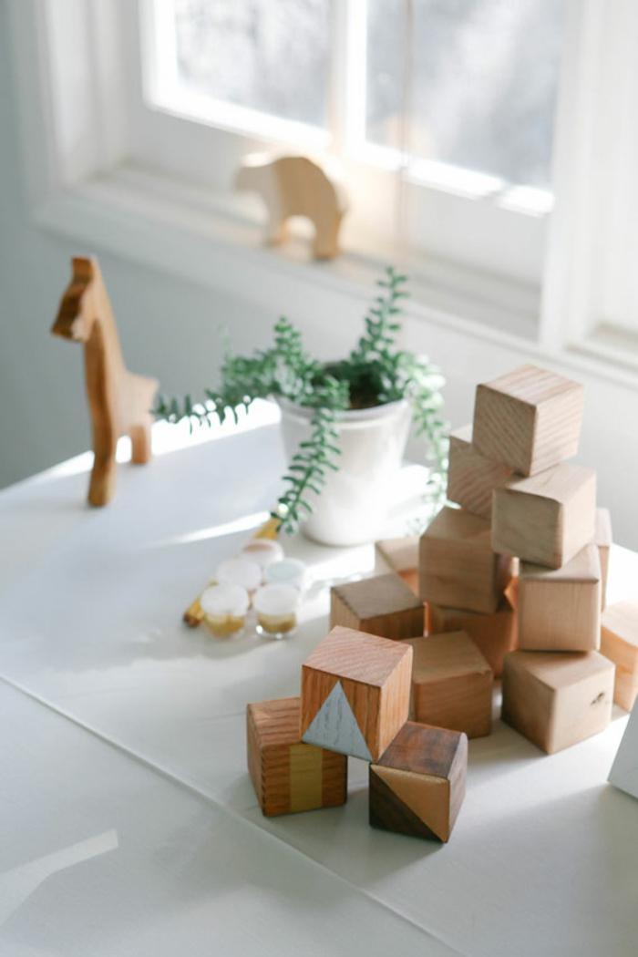 idées amusantes pour des activités et jeux baby shower, customiser des cubes en bois