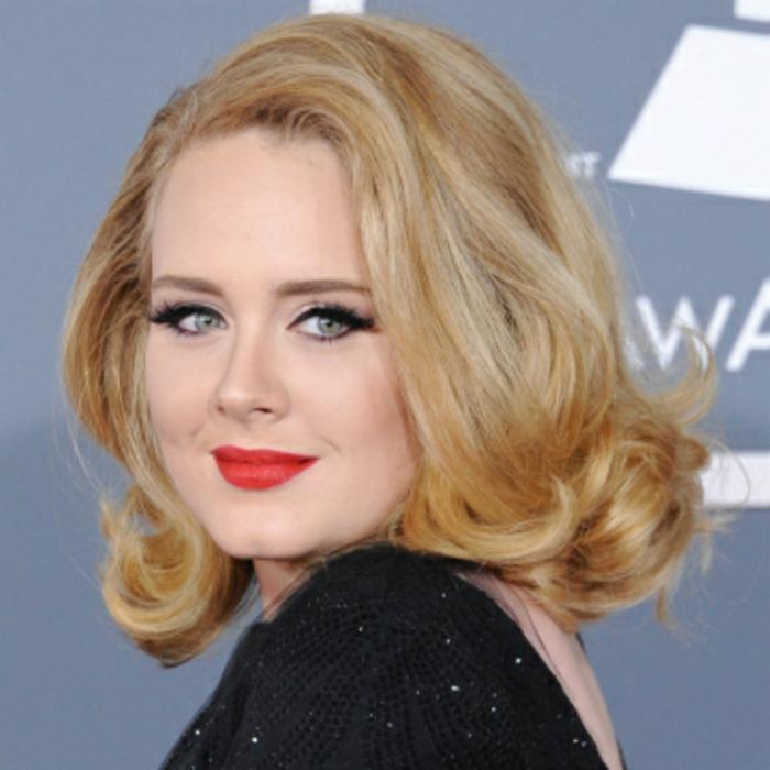adele, coupe cheveux visage rond, boucles legeres, coupe mi-long, coiffure vintage, tapis rouge, robe noire, maquillage vintage