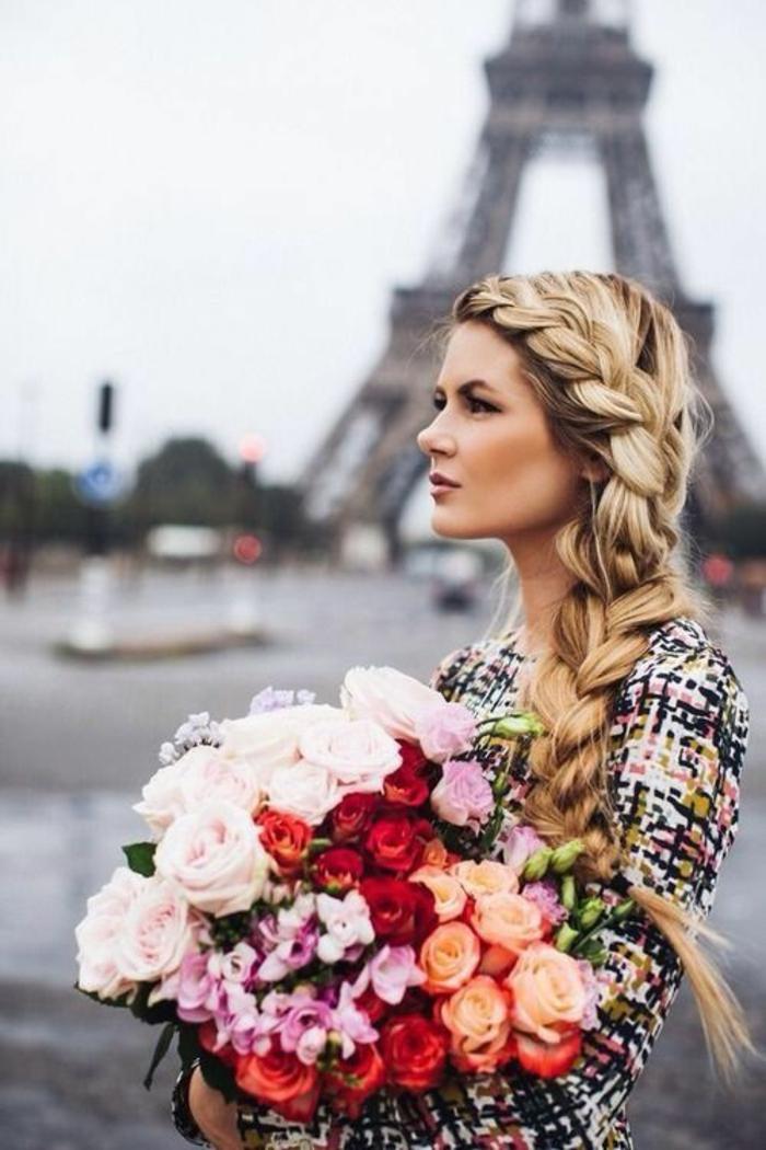 Tresse sur le coté coiffure style bohème femme à Paris grand bouquet de fleurs