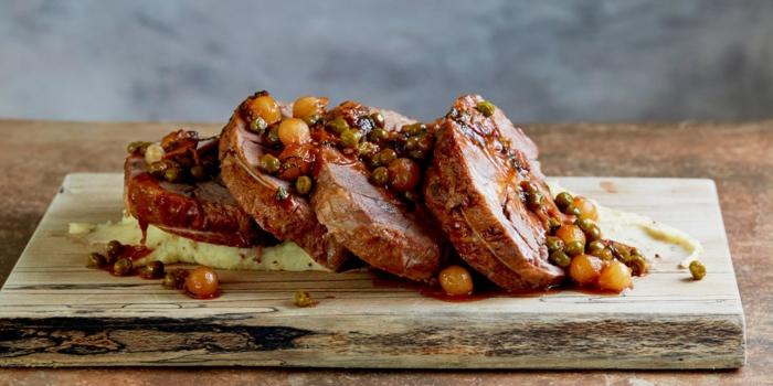 agneau, petits pois, échalotes, sauce, idée de recette de paques facile à réaliser, viande dans le menu