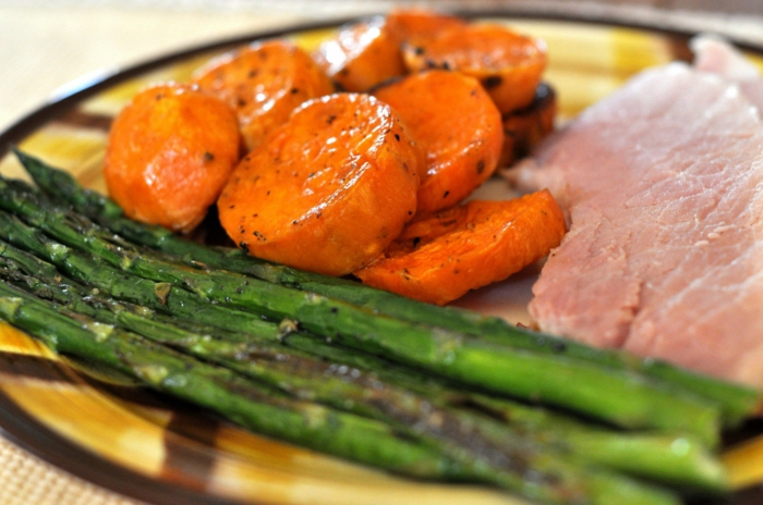 agneau aux asperges et carottes découpées en rondelles, idée de de plat principal pour le menu de paques