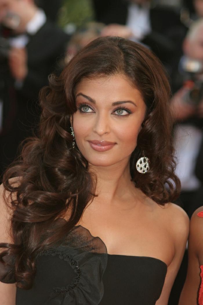 aishwarya rai, idée coiffure longue, cheveux bouclés volumineux, robe noire, fleur noire, modele coupe de cheveux femme