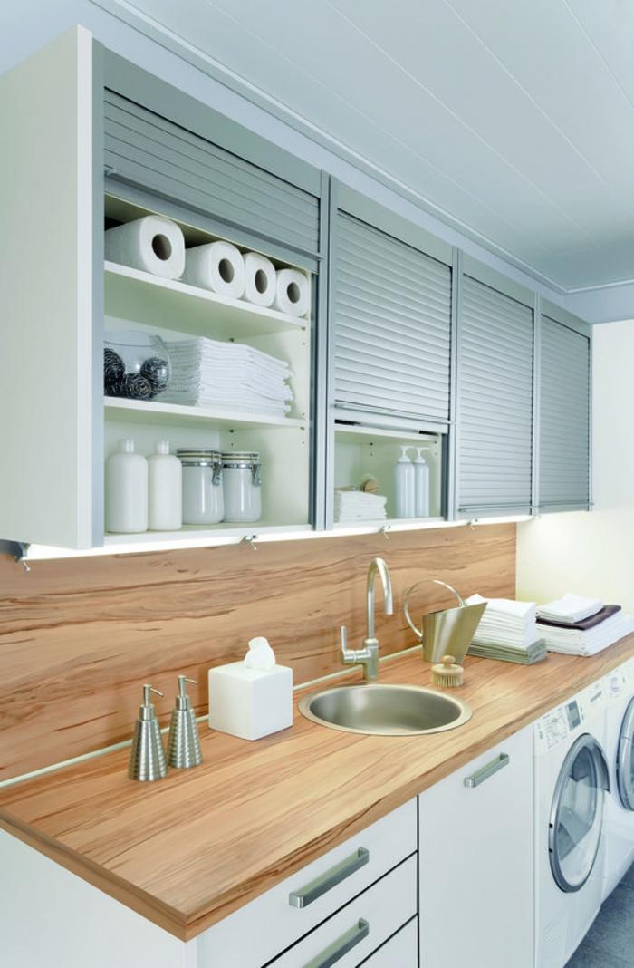 aménagement buanderie, évier avec comptoir en bois, placards avec portes gagne d'espace
