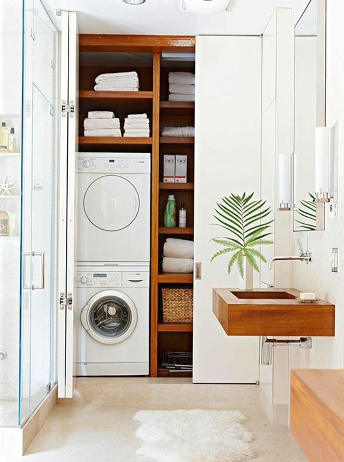 aménagement buanderie, deux machines à laver l'une au-dessus de l'autre et colonne de rangement