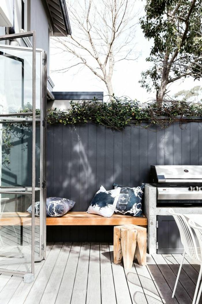 créer un espace de détente dans sa cour intérieure grâce à une cuisine d'extérieur avec barbecue